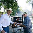 Nuestros anfitriones, Jimmy y Alejandro preparando un asado - Foto Luis Miranda