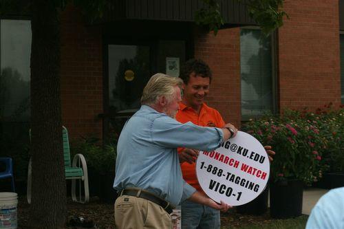 Chip Taylor entregandole un tagging a Vico - Foto Luis Miranda