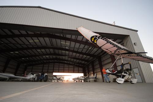 Vico guardando a Papalotzin en el hangar de Lawrence Airport - Foto Luis Miranda