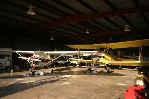 Hangar con un gran avion fumigador - Foto Vico Gutierrez