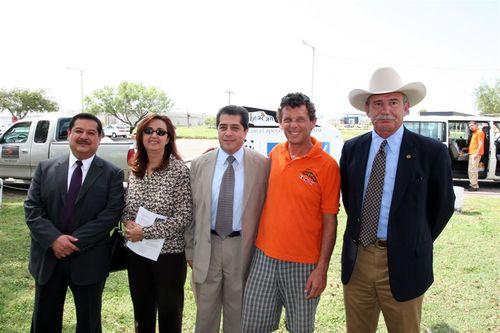 El Alcalde y el Consul recibiendo a Papalotzin Eagle Pass - Foto Luis Miranda