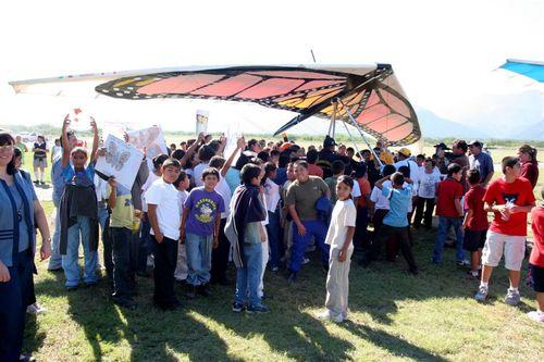 Niños presentando cárteles para Papalotzin - Foto Luis Miranda