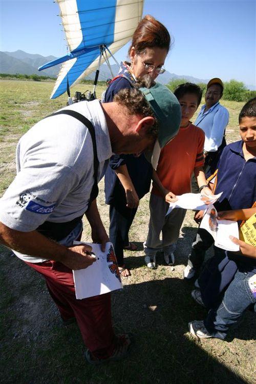 Vico firmando autógrafos - Foto Luis Miranda
