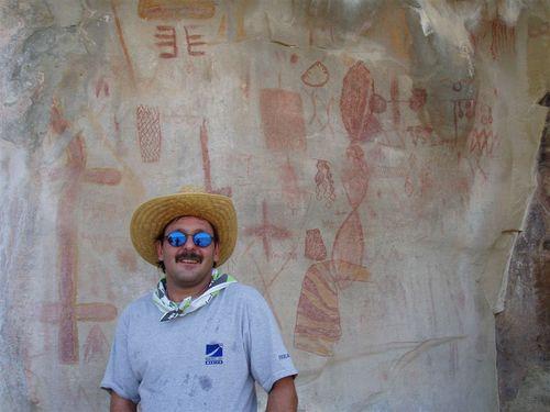 Luis Gutiérrez Visitando Pinturas Rupestres en Cuevas