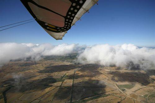 Volando sobre capa hacia Peña de Bernal - Foto Vico Gutiérrez