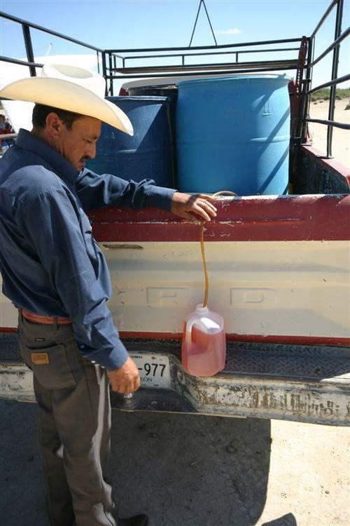 Cargando gasolina en medio de la nada - Foto Vico Gutiérrez