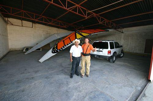 Don José José nos presto su hangar en Matehuala - Foto Luis Miranda