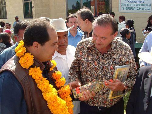 John dándole un obsequio al Gobernador