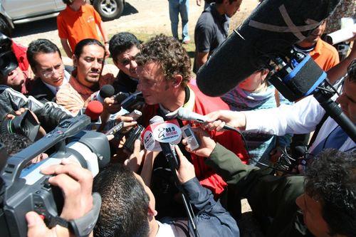 La prensa lo esperaba - Foto Luis Miranda