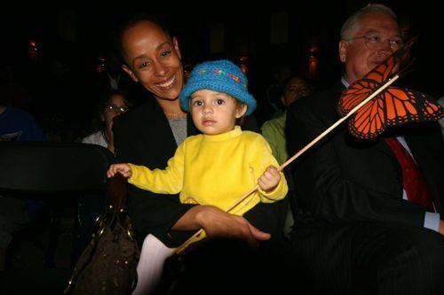 Maira de Cárdenas y su bebé apoyando a Papalotzin