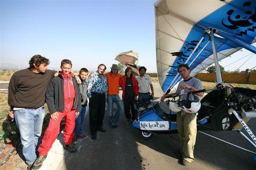 Parte del equipo alistándose para el último vuelo de la travesía - Foto Vico Gutiérrez