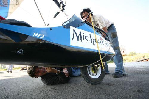 Preparando el avión cámara para su último vuelo - Foto Vico Gutiérrez