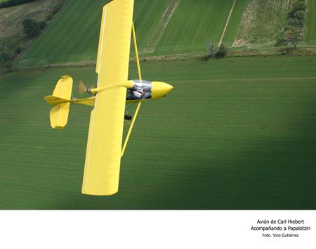 Avión de Carl Hiebert Acompañando a Papalotzin - Foto Vico Gutiérrez