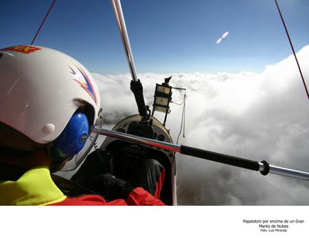 Papalotzin por Encima de un Gran Manto de Nubes - Foto Luis Miranda